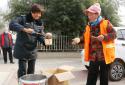 河南太康城管执法局:开展腊八送粥,温暖环卫工人心