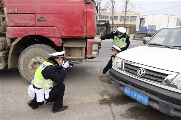 新野县公安:豫鄂两省交警联合多部门共同开展冬季道路交通事故应急救援实战演练