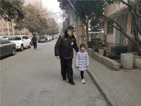 五岁女童走丢 巡防队员帮其找家人