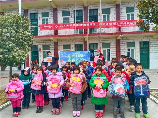 河南内乡:爱心企业捐赠书包 情暖山区儿童