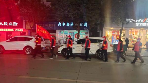 """内乡农商银行:志愿者夜间巡逻为社区居民亮起""""平安灯"""""""