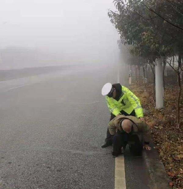 新年最美一扶:新野交警巡逻救扶雾中迷途老人