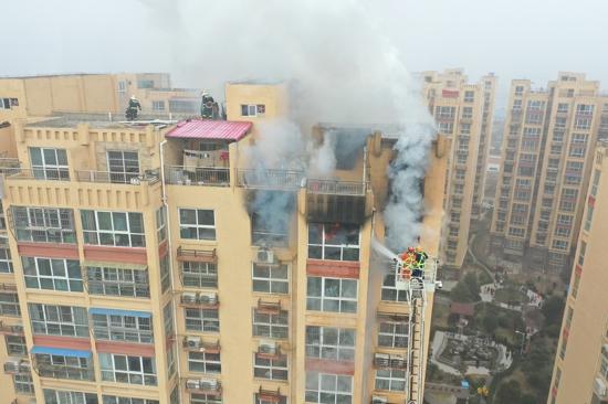 高层火灾人被困 商丘消防勇救4人