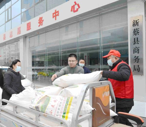 新蔡县检察院暖心行动——志愿服务队向困难职工送米面