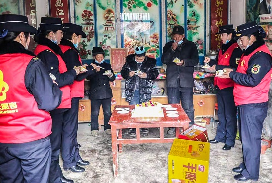 正阳县城管局女子中队:为贫困留守儿童过生日