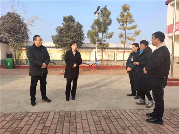 社旗县领导到官营村看望慰问贫困户并实地察看香菇产业发展情况