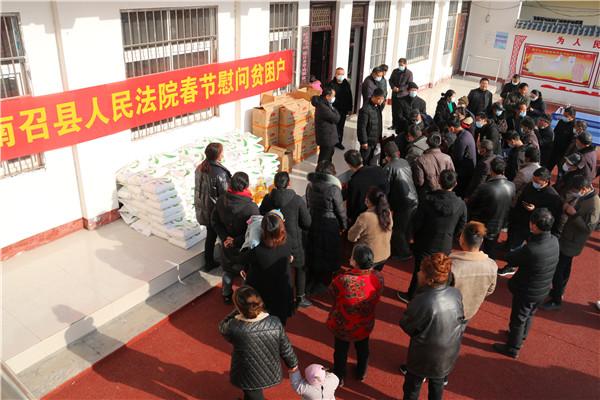 南召县法院春节前看望慰问建档立卡贫困户