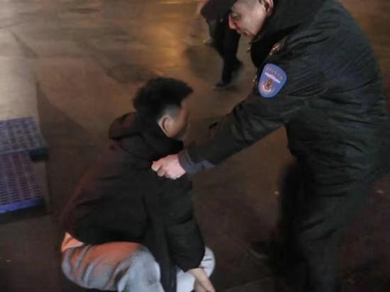 郑州小伙参加聚会醉酒后睡倒街头 文化路巡防队员及时救助