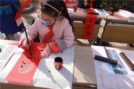 金水区文化绿城小学喜迎新春写对联 学子执笔送祝福