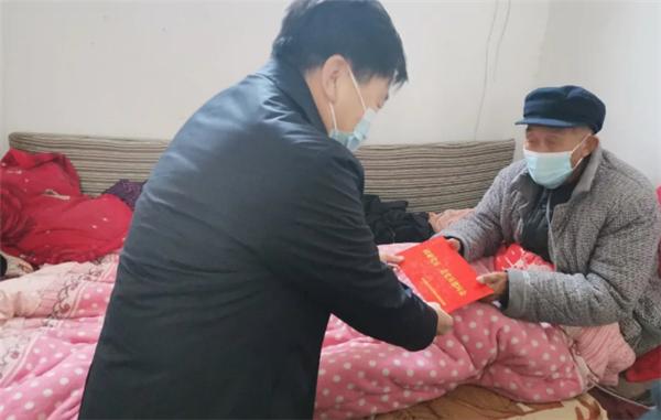 商丘市睢阳区委常委、政法委书记任广瑜慰问退休老干部和困难群众