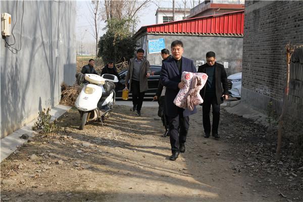 社旗县法院院长节前走访慰问贫困户