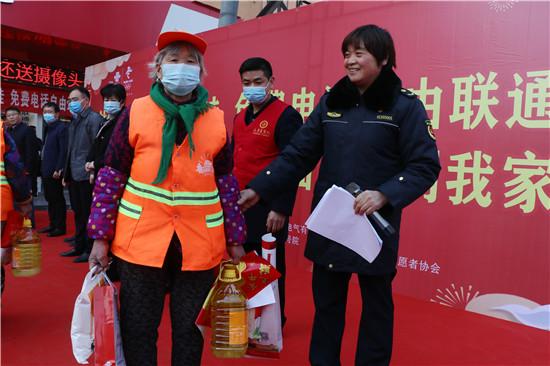"""河南太康为580名环卫工人发""""年货"""""""