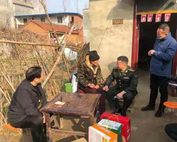 新蔡县武装部到顿岗乡慰问现役军人亲属和抗美援朝老战士