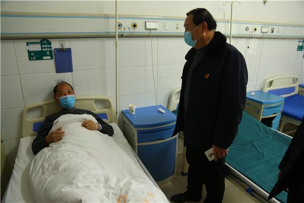 镇平县法院领导看望慰问因病住院驻村第一书记牛松波
