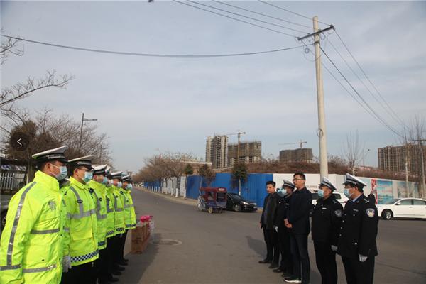 商丘市环保局副局长马凯 春节前慰问大货车禁行卡点执勤交警