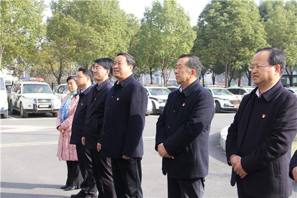 南阳卧龙区委书记高贤信一行到区法院慰问干警