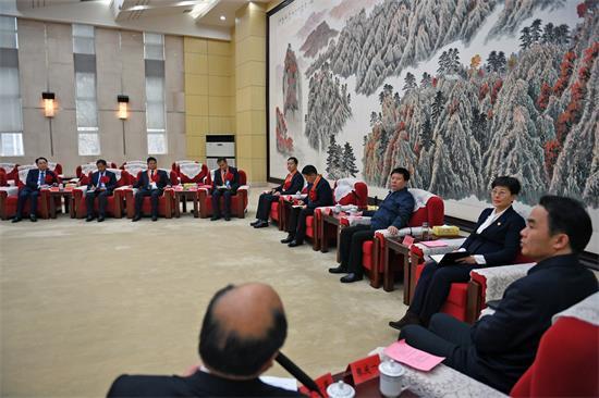 周斌与出席全国脱贫攻坚总结表彰大会代表座谈