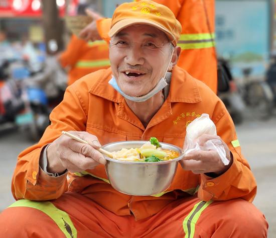 """""""雷锋日""""献爱心!郑州一饭店老板请30位环卫工人吃板面"""