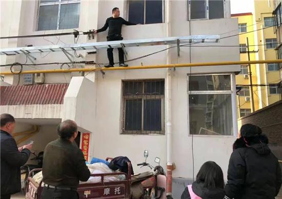 危难之际显身手,义马这名社区干部飞檐走壁解民急