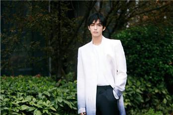 宋威龙穿着渐变国风外套搭配白衣黑裤 俊逸翩翩