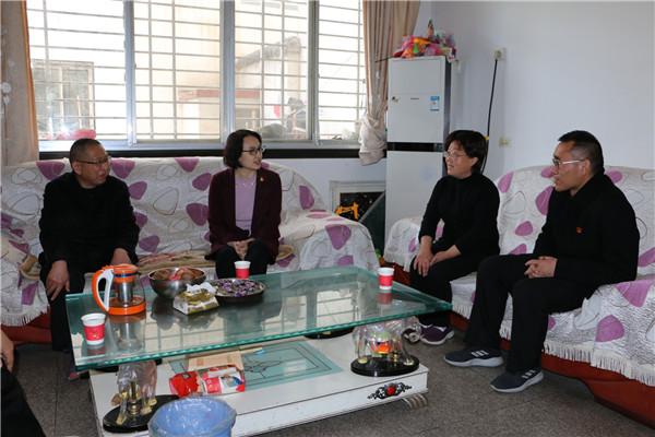 西峡县法院:看望慰问英模 传递温暖关怀
