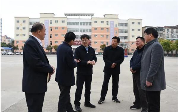 新野:县长现场办公助力高中教育发展