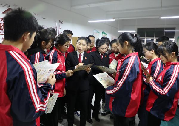 新野县法院:送法进校园 呵护未成年人成长