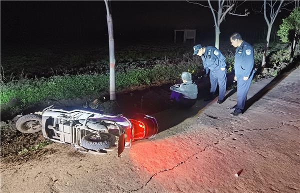 邓州市穰东派出所:醉酒男子深夜摔伤 巡逻民警及时救助
