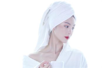 金晨浴袍照片 露出大锁骨和香肩、性感迷人