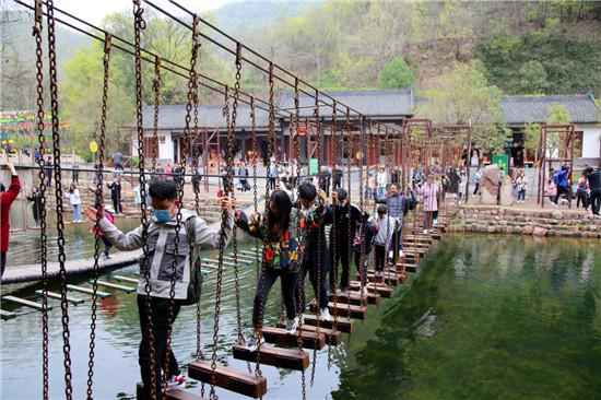 清明假日,龙潭大峡谷景区迎来大批踏青游客!
