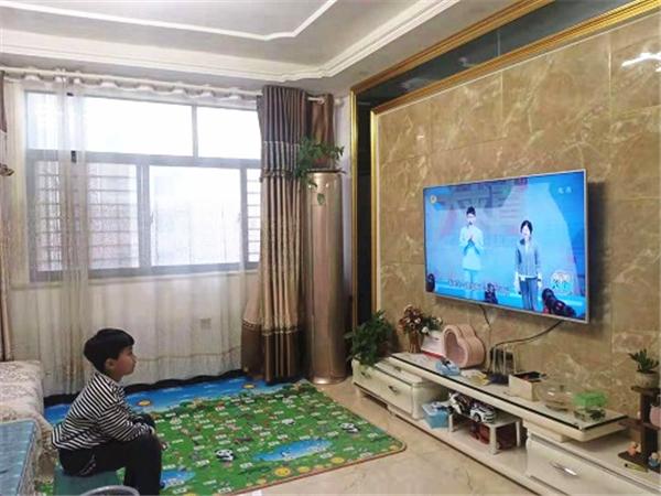 梁园区锦绣路小学组织观看湖南卫视《新闻大求真》节目
