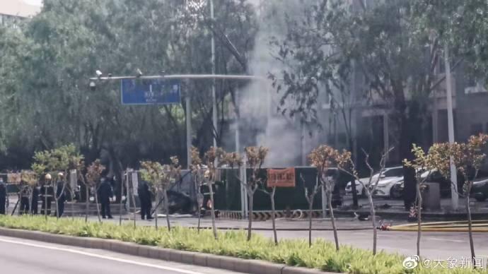 突发!郑州一路口疑因天然气泄漏引发火情,有一名工人受伤