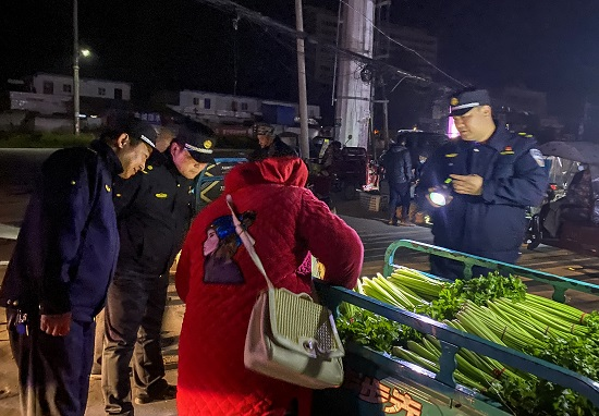 """正阳县城管局:专项整治""""马路市场"""""""