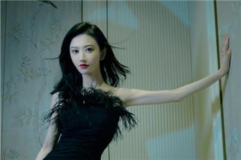 景甜身穿黑色抹胸羽毛裙腰身纤细