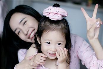 王智和三岁女儿同框 母女俩穿亲子装出镜超有爱