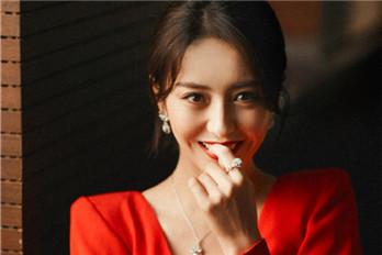 佟丽娅穿一袭红裙 美艳动人