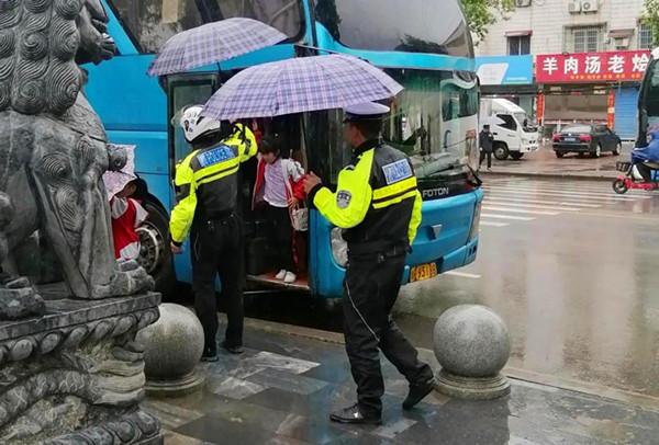 河南邓州:雨中撑伞暖人心 研学活动展形象