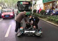 郑州一七旬老人骑车摔倒,巡防队员看到后上前搀扶
