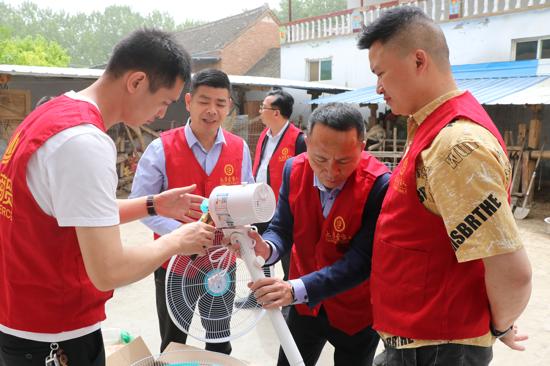初夏,河南太康这个村多家农户收到爱心企业慰问