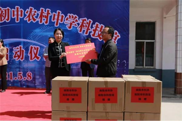 河南新野:全县首家农村中学科技馆落户歪子镇一初中