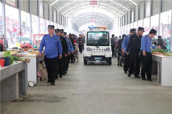 """正阳县城管局:整治""""马路市场"""" 提升城市人居环境"""