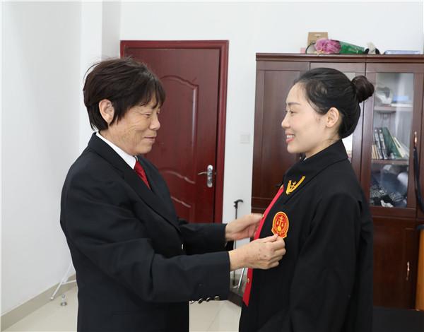 新野县法院:母亲的微笑 家风的传承