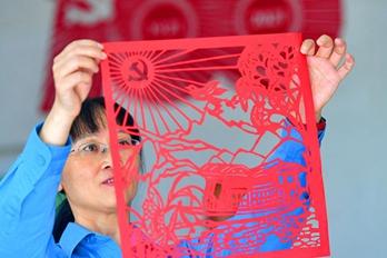 庆祝中国共产党成立100周年 她用剪纸表达对党的爱