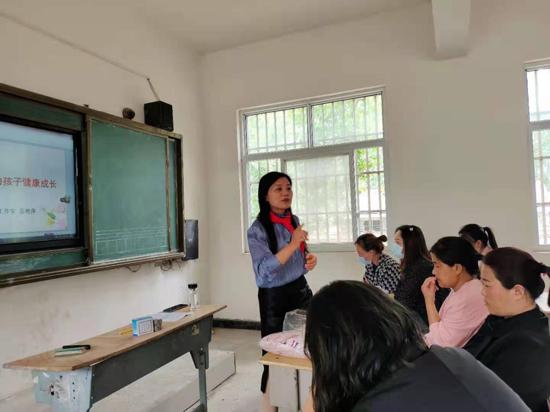 捐校服、做心理辅导,河南阳夏心理工作室走进太康转楼小学