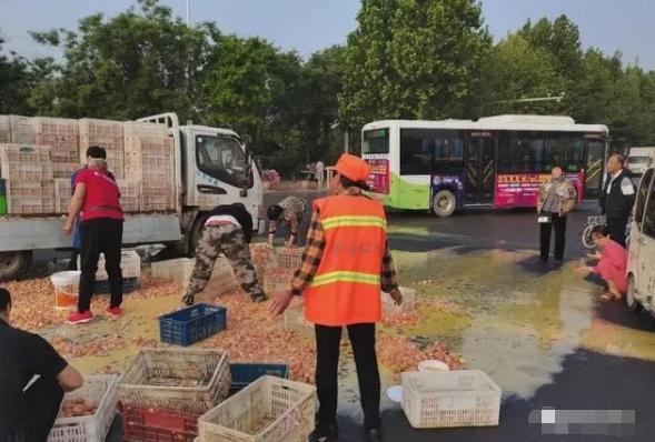 拉鸡蛋货车侧翻,商丘环卫工人和路过市民纷纷上前帮忙捡拾鸡蛋