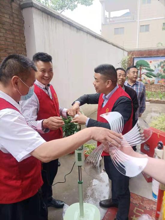 河南太康万城商贸:中雨下不停,慰问不停歇