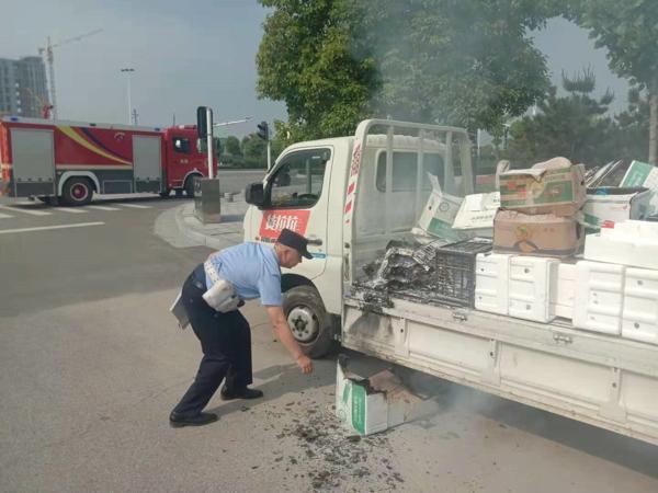 路遇货车起火 民警倾力相救