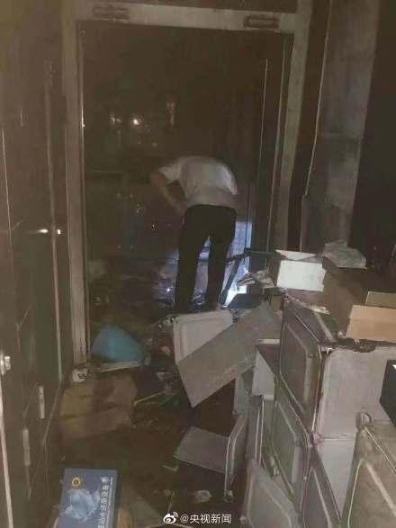居民楼凌晨起火 90后退役军人救下全楼52户