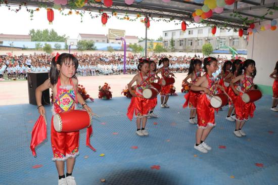 """河南太康艺丰学校举办""""六一""""吸引数百名学生家长观看"""