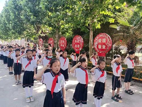 """梁园区锦绣路小学举行""""童心向党 争新时代好少年""""入队仪式"""